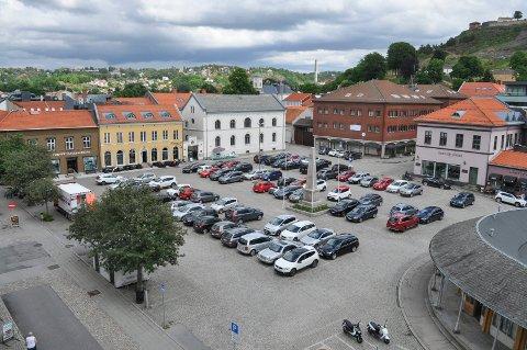 KULTURTORG: Politikerne sier ja til flere uteserveringer som en prøveordning på Torget. Samtidig sier de - også som en prøveordning - ja til 30 færre parkeringsplasser..