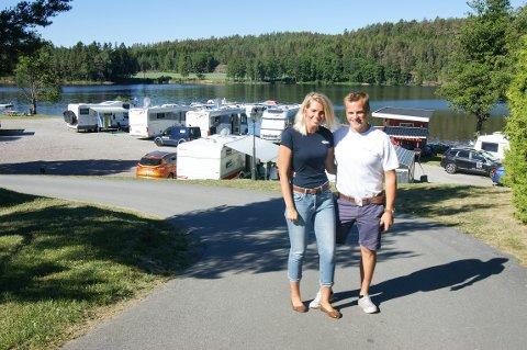 GOD SESONG: Silje-Kristin Kirkeng Malkenes og Thor-Sondre Kirkeng er svært fornøyde med det fine været.