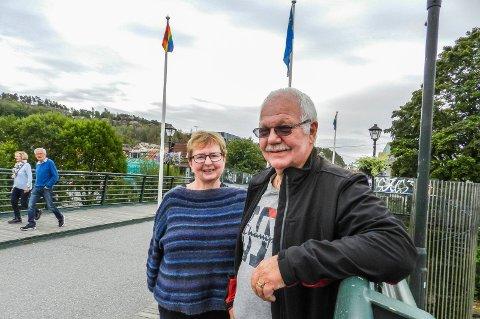 KONSERVATIVE: – Vi er veldig imot det flagget, sier Øyvind Gloslie om regnbueflagget. Her sammen med Inger Marit Sverresen som er fylkesleder i Østfold i det samme partiet.