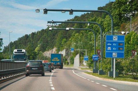 Fra mars neste år er det slutt på at elbiler kan kjøre inn til Oslo uten å betale. I Bergen blir det også innført betaling for elbiler, mens debatten raser i Kristiansand. Her er bilde fra bomstasjon i Oslo. (Arkivbilde)