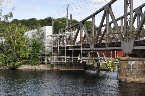 PUSSES OPP: Først var det viadukten på Prestebakke, nå er det jernbanebrua over Tistas tur. Den skal sandblåses og males, og jobben vil trolig vare til september eller oktober.