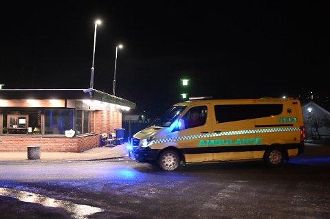 Tre personer er tatt med til sykehuset Kalnes etter å ha fått i seg mye røyk som følge av brannen.