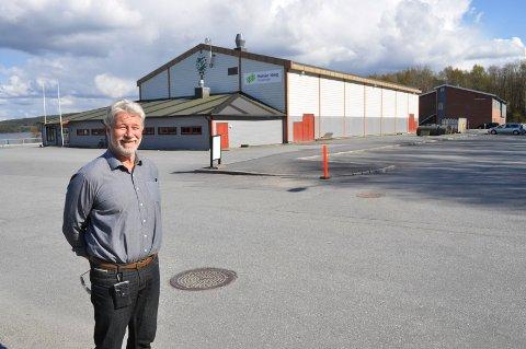TTIF-leder Tron Grandal foran Tistedalshallen. Kommunestyret vedtok at TTIF får lånegarantien på 30,5 millioner kroner som de trenger for å få realisert hallutvidelsen.