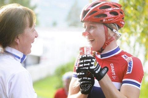 Hedret: Da Ingrid tok bronse i VM i 2014, hedret hun avdøde lillesøster Astrid med en flaske med hennes navn på. Det vanket en god klem fra mamma Toril. ARKIVFoto: Atle W. Larsen