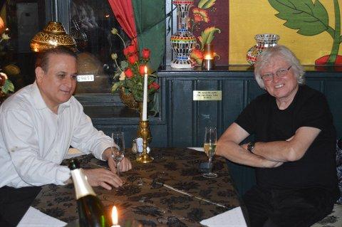 Chip Taylor og restauratør Gulzar Butt ved bordet som er oppkalt etter Taylor på Butt´s Bistro & Tandoori.