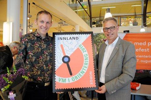 VM-FRIMERKE: Tore Sandvik (tv) fikk æren av å avduke frimerket sammen med frimerkedirektør i Posten, Halvor Fasting.