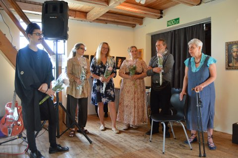 Blomster til kunstnerne på Strømsfoss. Fra venstre; Per-André Nielsen, Kirsti Aasheim, Astrid Grue, Trine Folmoe,Harald Kolderup og gallerileder Astrid Slettevold.