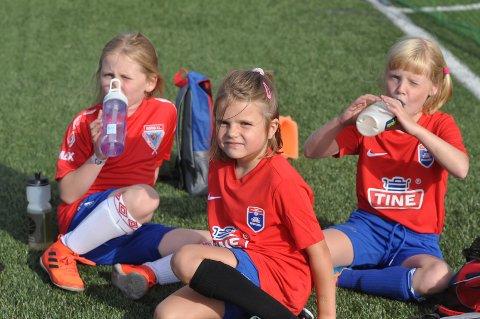 GLADE: Lilli Aurora Rokke, Ida Johanne Larsen og Johanne Ystrøm Bislingen koste seg på fotballskole.
