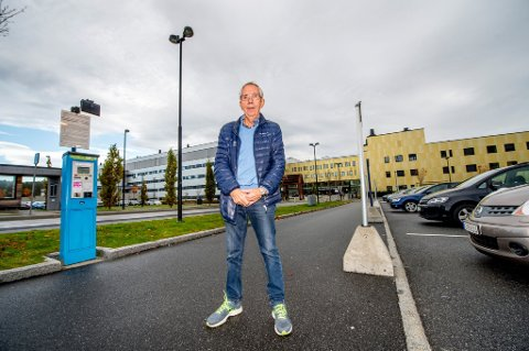 NÅDDE FREM: Jan Henrik Breda var opprørt over de høye parkeringsavgiftene ved Sykehuset Østfold Kalnes og valgte å stå frem i avisen. Nå jubler han over at sykehuset har endret prisene for langtidsparkering.