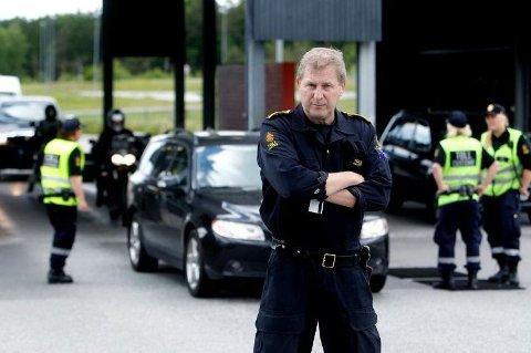 ROLIG: Kontorsjef Per Kristian Grandahl ved Svinesund tollsted forteller at tollerne har hatt kontroller hver dag i julen, men at det har vært forholdsvis lite trafikk over grensen.