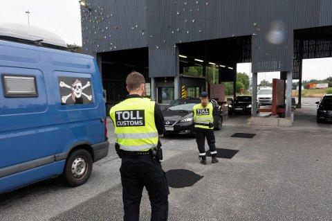 Svinesund 20190719.  Norske tollere kontrollerer de reisende som kommer til Norge over grensen på Svinesund. Foto: Geir Olsen / NTB scanpix