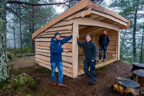 Stolte beboere på det nye boligfeltet viser fram den nye gapahuken: Fra venstre: Jørgen Brække, Stian Løkkemyhr og Gaute Amundsen.