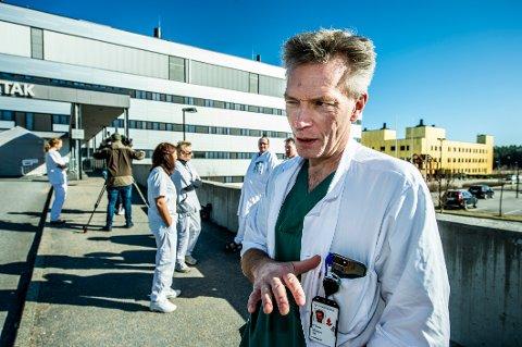 Ole Fredrik Lund er avdelingssjef for anestesilegene, som behandler de sykeste koronapasientene på sykehuset. Han sier vi nå har et felles ansvar for å følge de reglene myndighetene har satt, slik at smitten begrenses og færrest mulig havner hos hans lege- og sykepleierkollegaer.