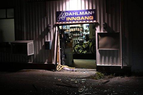 REV BORT INNGANGSPARTIET: Slik så det ut hos Dahlmans Sykkel etter at tyver hadde vært på ferde.