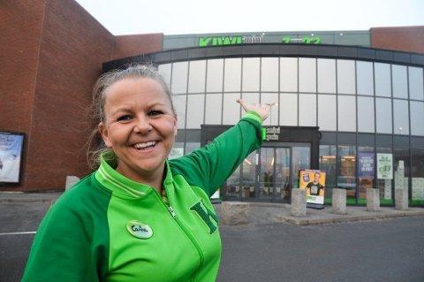 VEKST: Carina Andresen driver Kiwi Borg i Sarpsborg. Hun opplever at sarpingene bidrar til en kraftig vekst i omsetningen til Kiwi. Foto: Trine Bakke Eidissen/Sarpsborg Arbeiderblad