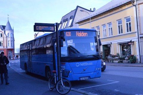 KAN BLI STÅENDE: Bussen i Halden og Viken kan bli stående søndag grunnet streik.