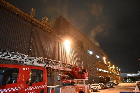 BRANN: Det oppsto brann ved Norske Skog Saugbrugs like over midnatt. Brannmannskapene fikk raskt kontroll over flammene.