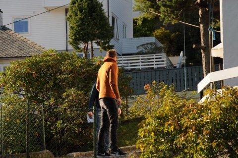 Sivilt politi er søndag ved stedet i Åsane  hvor det sent lørdag kveld ble funnet  en død kvinne i i 20-årene. En mann i samme leilighet er sendt til sykehus. Politiet har pågrepet mannen som var i leiligheten i Åsane og siktet ham for drap.