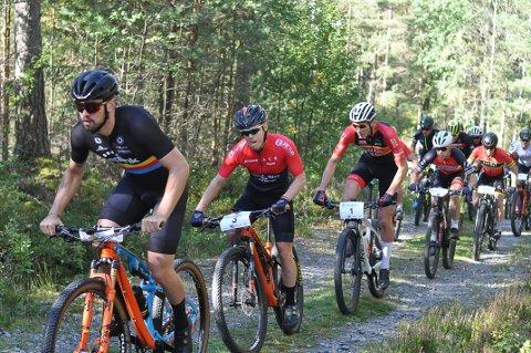 TET-TRIO: Stian Mjølnerød-Lie, Thomas Jaerson(3) og Martin Røste Omdahl (1) stakk tidlig fra resten av feltet.