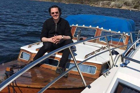 SNEKKE: Båteier Jonas Howden Sjøvaag håper noen vil overta den gamle snekka.
