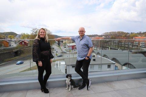 PÅ HALDENS TAK: Utsikten fra takterrassen er spektakulær, og herfra kan ekteparet Jeanette Torvmark Tinholt og Ole Jørgen Torvmark følge sola fra den står opp i øst og gjennom hele ferden mot solnedgang.