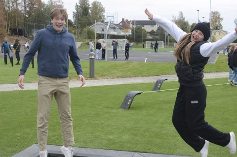 HOPPENDE GLADE : Bendik Sebastian Dalsrud Amble og Hermine Solemsli Kleppe fra Katta synes Ajer Aktivitetspark er blitt veldig bra og var mandag med på åpningen.