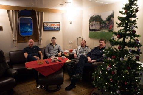 FEIRER JUL; Svein Magne Ødegård (til venstre), Sander Brakstad Pedersen, Jostein Bygnes og Johan Boman feirer jul og nyttår om bord på Audax. Foto: Trond Ivar Lunga