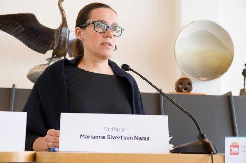 SNAKKET MED HAREIDE: Marianne Sivertsen fikk lagt fram viktigheten av at RV 94 og ny flyplass kommer med i NTP som blir lagt fram av regjeringen i neste måndet. Foto: Trond Ivar Lunga
