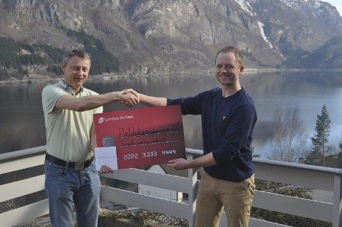 FIKK PRIS: Jan-Erik Haugli fikk publikumsprisen. Her ved festivalgeneral Joakim Sørå. Foto: Privat