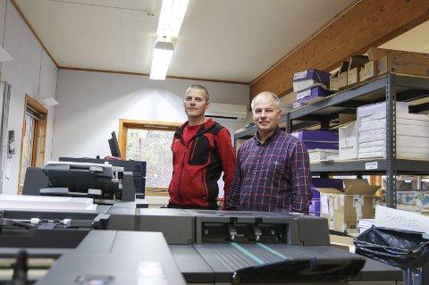 Digitalt: Arve Karlsen og Ivar Opedal med den digitale trykkemaskina som endra kvardagen på trykkeriet totalt.