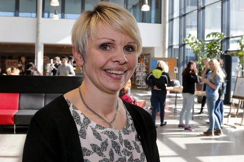 RISIKO: Rektor Solveig Rossebø Kalstad foran valgdebatten i Vardafjellhallen med 850 elever.
