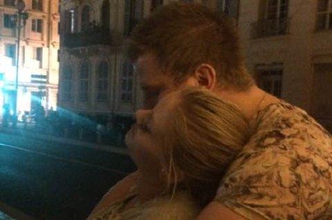 I NICE: Elina Toft Søderlund og Henrik Vika. Bildet ble tatt ikke lenge før angrepet. Foto: privat