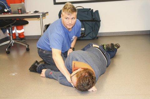 Livløs: Automatiker Georg J. Holmedal  spiller livløs. Førstehjelper Jarle Haakonseth viser hvordan han skal legges i stabilt sideleie.