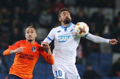 Kerem Demirbay (til h.) og Hoffenheim mistet seieren på overtid borte mot Stefano Napoleoni og Basaksehir torsdag. Foto: AP / NTB scanpix