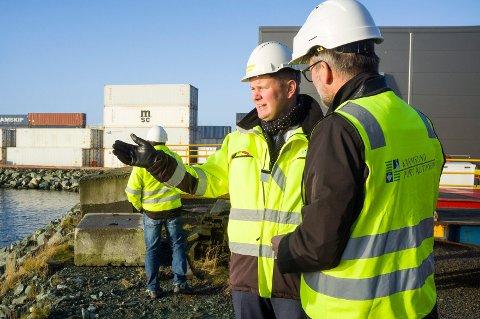 VIDERE PLANER: Havnedirektør Tore Gautesen og ordfører Jarle Nilsen (Ap) prater om planene for utvidelse av Husøy.