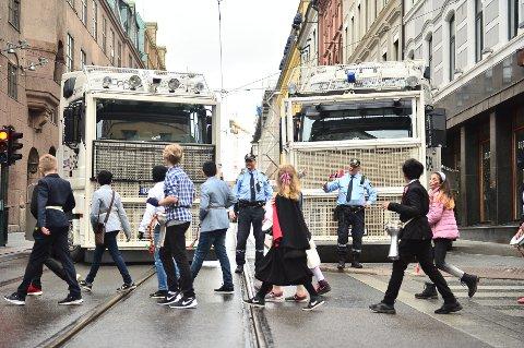 Det er satt opp ekstra sikkerhetstiltak rundt barnetoget i Oslo sentrum 17. mai. Foto:
