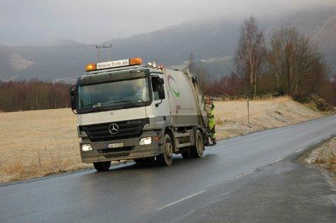 Vindafjord 14022008  Ansatte på søppelbilen står bakpå i 50 til 60 km/h. Har ikke navnet på de ansatte.