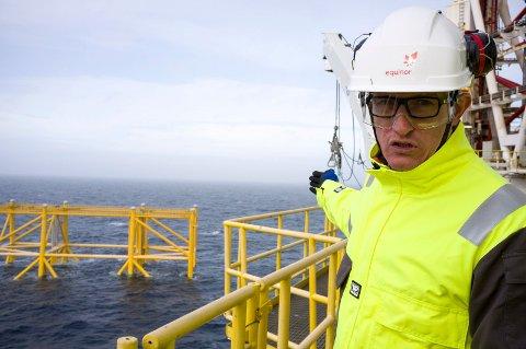 KLAR FOR NESTE: Jez Averty, Equinors driftsdirektør for feltene sør i Nordsjøen peker hvor boligkvarteret og den siste plattformen skal stå. De ventes ut et par måneder ut i 2019.