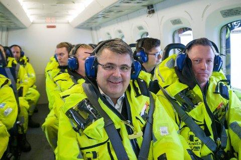 HELIKOPTERTUREN: På Kjell-Børge Freibergs dag 39 som olje- og energiminister fikk han sin aller første tur offshore, der han markerte elektrifiseringen fra land. Ved siden av statsråden sitter  Jez Averty, Equinors driftsdirektør for feltene sør i Nordsjøen.