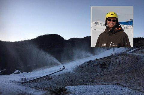 Ved Sauda skisenter går snøkanonene for fullt. Innfelt daglig leder Lars Reidar Fosstveit.