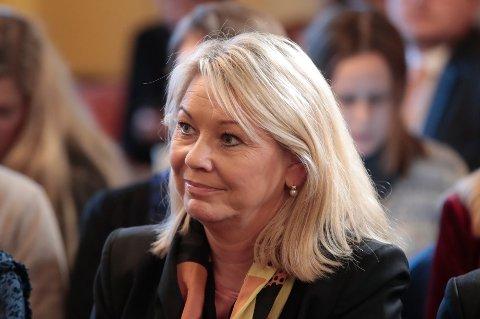 Kommunal- og moderniseringsminister Monica Mæland (H) sender forslag om å flytte 4.760 jobber fra fem statlige etater til fylkeskommunene. En lang rekke andre etater og departementer skal også overføre oppgaver til fylkeskommunene, foreslår et utvalg som leverte sin rapport torsdag. Foto: