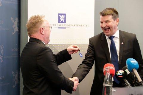 Tor Mikkel Wara fikk onsdag overrakt nøklene til Justisdepartementet fra fungerende justisminister Per Sandberg som tok over Sylvi Listhaug.