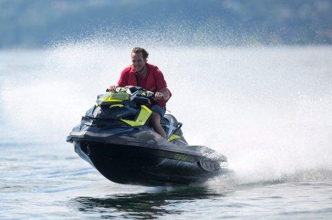 Mer støy enn noen gang før: Nå ber Gjensidige båt-og scooterførere om å vise hensyn.