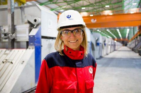 Fabrikksjefen på metallverket ved Hydro Karmøy, Ingrid Guddal. Hun begynte i sjefsjobben midt i kvartalet som nå oppsumeres.