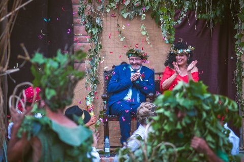 OVERRASKET: Arild Klyve og Maria Angeles Fusté Blanco hadde 28 gjester i bryllupet, før de ble en del av en festival i Spania med 2000 mennesker.