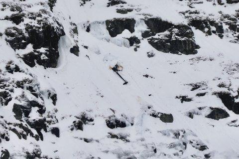 Helikopteret ligger i en svært bratt fjellside.