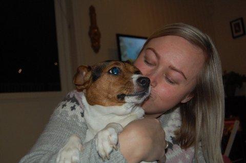 BLIR NERVØS: Karianne Ø. Lunner og hunden hennes, Embla, gruer seg til nyttårsrakettene kommer i butikkene.
