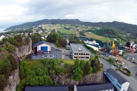 Salet gjeld total 76 mål næringsareal i Høylandsbygd, men fleire bygningar er òg med, mellom anna adminstrasjonsbygget og helikopterhangaren du ser på dette bildet. (Arkivfoto).