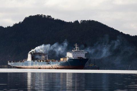 «TIDE CARRIER»: Skipet låg i opplag utanfor Høylandsbygd i 10 år, før det segla ut av farvatnet februar 2017. (Arkivfoto).