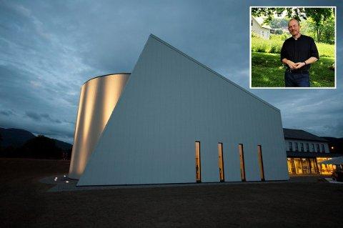 ÅPENT FOR ALLE: Sokneprest Per Hjemdal forteller at Etne kyrkje er åpen for alle som vil minnes Tobias Sævareid Tesdal som døde i en ATV-ulykke.